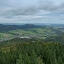 Výhled na údolí říčky Bělé a do nedozírných polských rovin, kde se lesknou hladiny Otmuchowského a Nyského jezera. Bohužel hlavní jesenický hřeben byl pod mrakem