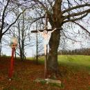 Od kaple vede křížová cesta k dřevěnému kříži. Zastavení tvoří dřevěné malované obrázky. Křížová cesta byla v roce 2014 poškozena a v současnosti je na trase jen pár zastavení.