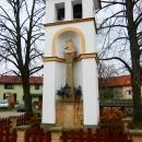 Na návsi obce Vrbice se nachází zděná zvonička se sochou Panny Marie Cellské s Jezulátkem.