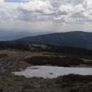 Cesta k vrcholu a poslední zbytky sněhu na po něm pojmenovaném Sněžníku