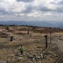 Výhled z vcholku ruin rozhledny na Jeseníky. Lidí na vrcholovém platu bylo překvapivě spousty, na to že bylo úterý... Češi, Poláci...
