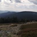Po hraniční hřebenovce ... Před námi Malý Sněžník (1326 m, ten obejdeme) a za ním Hleďsebe (1190 m) a Klepý (1144) - tam jdeme