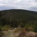 Cesta na horu Puchača (Hleďsebe) už vede po hranici, za námi Malý Sněžník