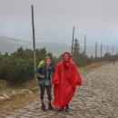 A už prší, vytahujeme pláštěnky a bundy.