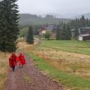 A tady ke druhému, ta cesta podél ohrady s pasoucími se ovcemi lemovaná tyčovým značením lákala namísto otravné asfaltky. Až když cesta skončila u chaty Berghof,  bylo jasné, že je něco špatně. Resp. někdo je špatně.