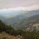 Výhled do údolí Bílého Labe z vyhlídky Krkonoš. V dolině Špindlerova Mlýna se drží mraky furt.