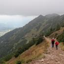 Sestupujeme úbočím Kozích vrchů, užíváme se, dokud je ještě něco vidět.