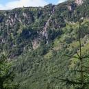 Jde o divoké údolí se strmými kolmými stěnami a vodopády. Tady ten je Pančavský. Za chvíli tam budeme nahoře také stát, ale pro množství lidí se k vyhlídce neprobojujeme.