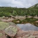 Stezka kolem jezer vede přes ohromné šutry, které nikdo nenarovnal