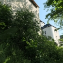 Po zkratce jsme zamířili rovnou k hradu Rychmburk, v němž se nachází domov pro duševně nemocné, nicméně měl být průchozí. Bohužel díky koronaviru byl tento průchod uzavřen. Pokusili jsme se hrad obejít pěšinkou podél hradeb, ale ta končila srázem a roštím. Potupně jsme se museli vrátit...