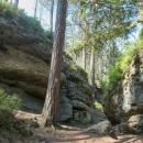 Po asi 4 kilometrech po lesních stezkách se konečně noříme do nitra skalního města