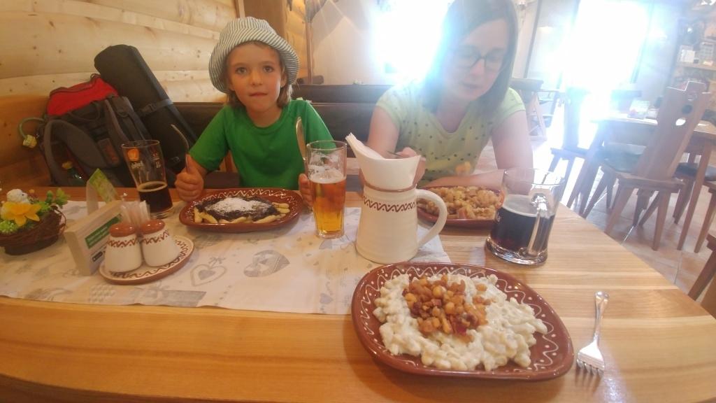 Salaš Kľak nás doslova vcucnula na pozdní oběd :-)