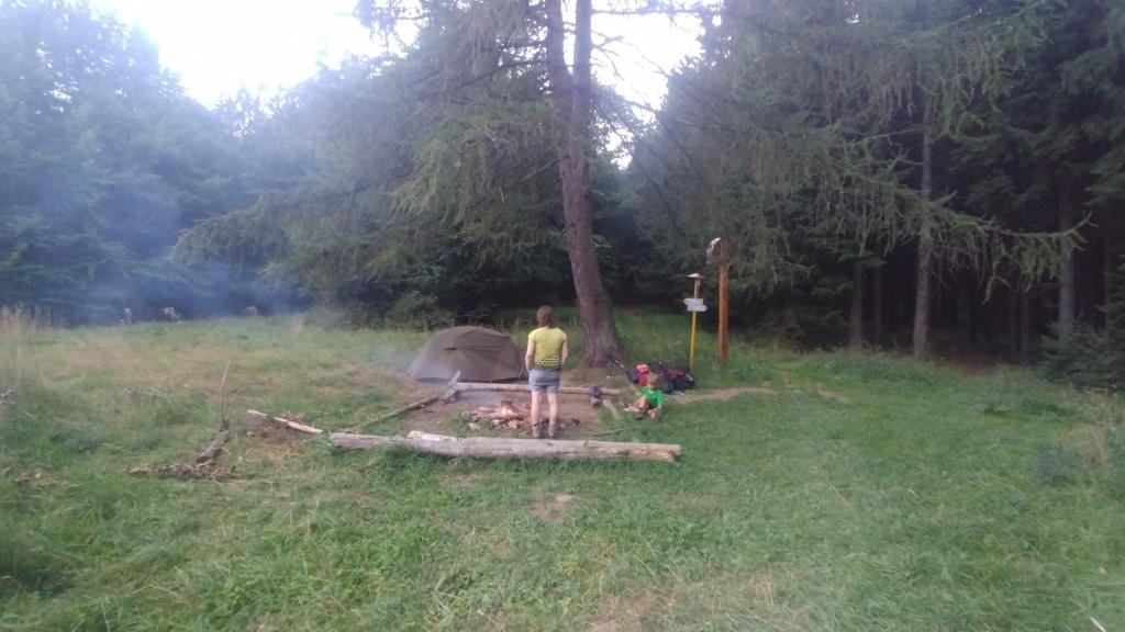 Kouzelné tábořiště ve Vríčanském sedle. Asi 200 m pod sedlem je malá studánka s výbornou vodou. Teď už je ráno...