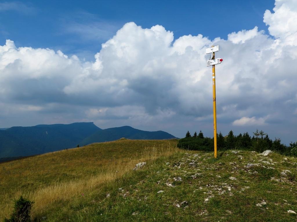 Vrchol Skalky (1190 m) s kruhovým výhledem, kolem Kľaku se už stahují mraky