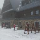Chata leží o 20 metrů níž. Okénko je bohužel zavřené. Pusto, prázdno, smutno...