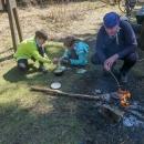 Děti si poručily táhnout ešus, že si uvaří nudlovou polévku.