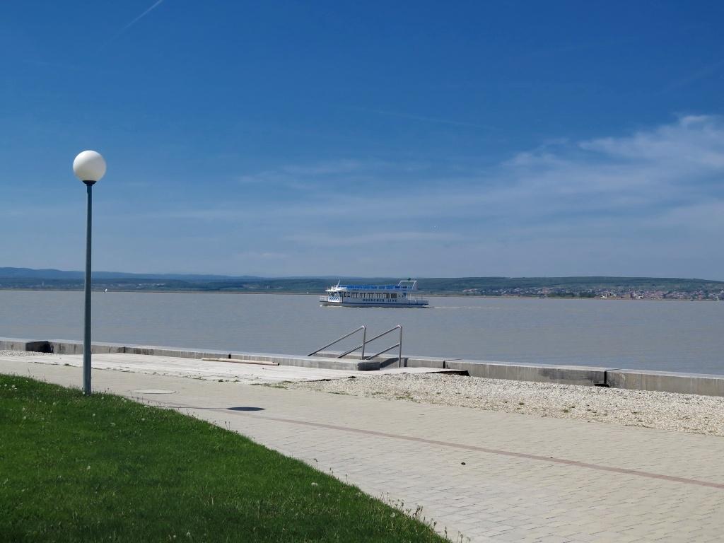 I zde je možná přeprava lodí do protějšího Mörbisch am See