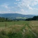 Stoupání po loukách z Braväcova, naproti kopečky Slovenského Rudohoří. V dálce napravo lze poznat Klenovský Vepor s typickou siluetou.