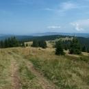 Brzy jsme ale vyšli z lesa na velkou louku. Hřebenová trasa se před námi mírně svažovala a objevil se skvělý výhled.