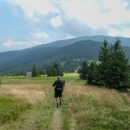 Sestup z hory Palenica (1338 m), před námi Pilsko. Za chvíli tam zahřmí...