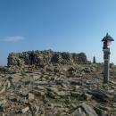 Kamenná zeď na vrcholku Babí hory slouží jako ochrana před větrem