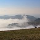 Výhled od Děvína ke Sv. kopečku u Mikulova a Stolové hoře. Pálava bývala kdysi dávno ostrovem v moři, dneska si tak můžeme připadat taky :-)