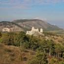Parádní výhled ze Stolové hory přes Sirotčí hrádek na Děvín a Děvičky