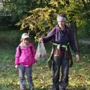 Při sestupu jsme objevili strom s popadanými ořechy, tak jsme se na ně všichni vrhli a za chvíli jsme jich měli plnou tašku.