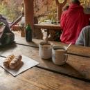 Pak si ještě uvařili kávu a k ní spořádali několik trubiček (alias kremrolí)... Nevypadalo to, že se nám chce pokračovat ve výstupu na Smrk... :-)