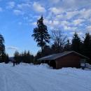 Přístřešek Císařská lovecká bouda, směrem na východ je nebe ještě modré