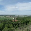 Výhled na Pardubice a za nimi se v dálce lehce a nenápadně zvedají právě Železné hory.  Tam někde máme odpoledne sraz s Pavlem a Mílou.