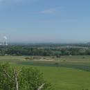 Výhled ke Krkonošům se zbytky sněhu, nalevo elektrárna Opatovice, napravo lze poznat paneláky Hradce Králové, věčného rivala Pardubic