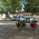 Po dlouhé jízdě autem přes Rakousko (dálnice), Slovinsko a Chorvatsko (dálnice) parkujeme auto v Imotski na veřejném (neplaceném) parkovišti.