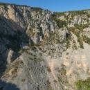 Imotski bylo zvoleno jako startovní místo kvůli dvěma jezerům. Toto je Plavo jezero, nebo také Modro jezero. Vzniklo zřícením stropu jeskyně, dříve to bylo podzemní jezero.