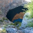 Dno závrtu se nachází několik metrů pod hladinou moře.