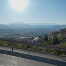 Pohled na pobřežní pohoří Biokovo s nejvyšší horou Sveti Jure, za ním se nachází Makarska.