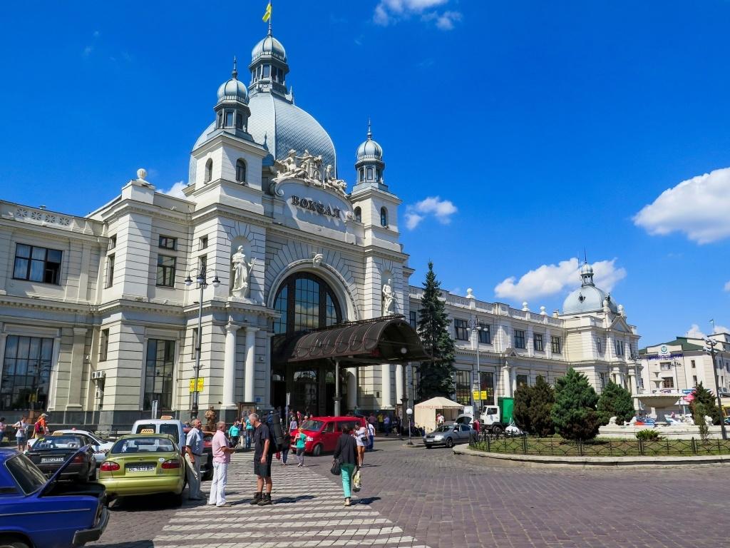 Za 24 hodin a něco jsme v ukrajinském Lvově a míříme na hlavní vlakové nádraží