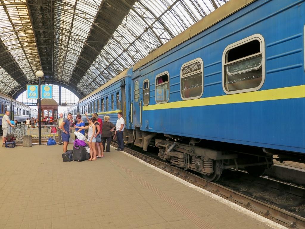 Vlak je už přistaven, a přitom je ještě spousta času - na nákup potravin nebo na selfíčko. Vlak je hodně starý a masívní...