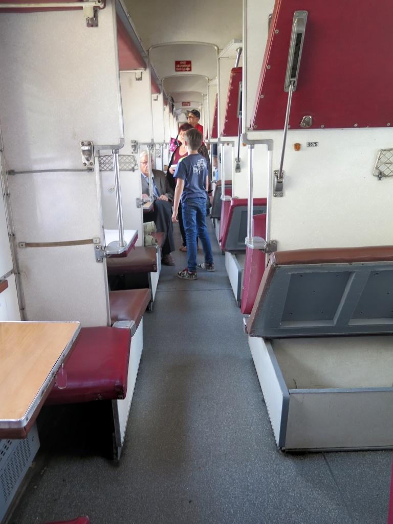 Ve vlaku, který je podobný tomu, kterým jsme jeli v létě s dětmi ze Smolenska do Moskvy, si připadáme jako doma. Jenom je to tu o poznání ošuntělejší. Ale co bychom chtěli za jízdenku v ceně asi 90 korun. Navíc jsme si při rezervaci chytře vybrali spodní lůžka.