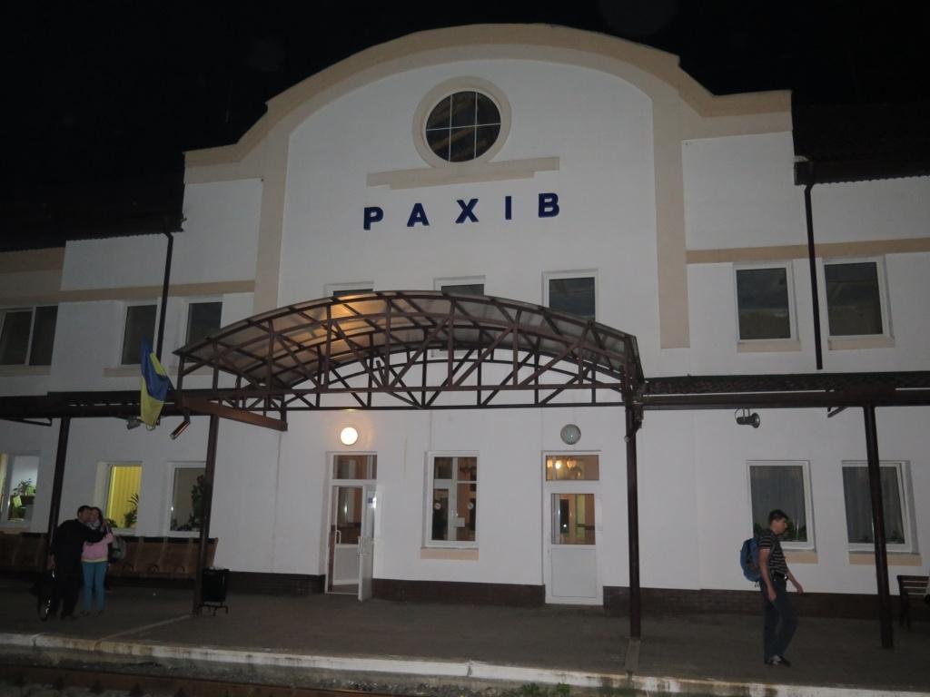Ale co, do Rachova jsme přijeli jen asi s půlhodinovým zpožděním. Asi dvacet lidí se spolu s námi vydalo do blízkého hostelu...