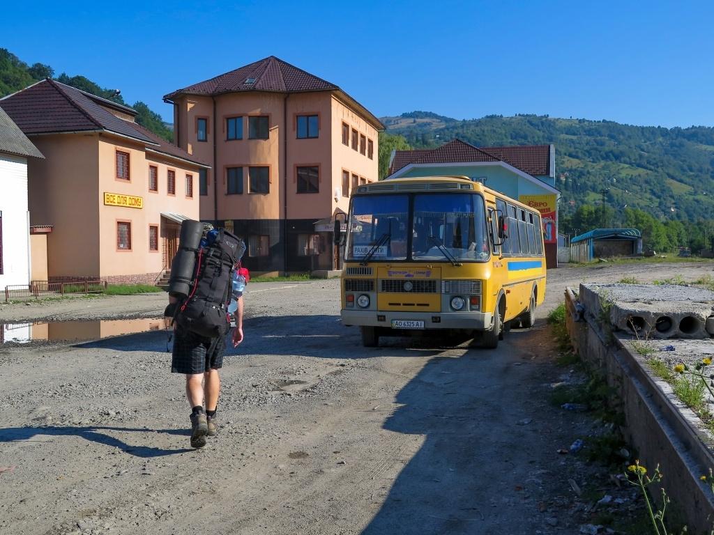 Nás ale ještě čekala cesta autobusem do malé vesničky Luhy, našeho startovního místa (resp. běžného startovního místa, pokud se chcete na Černou horu vydat)