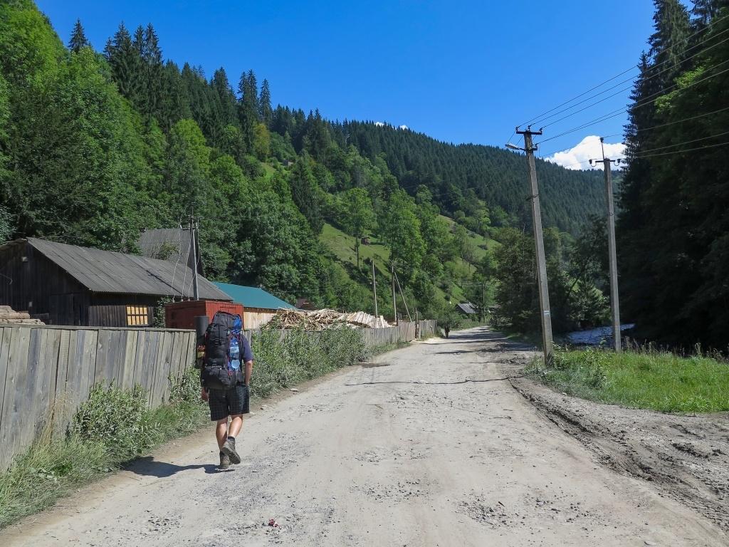 A pak už nám nic nebránilo vyrazit do hor. Nejprve nás čekalo cca 8 km podél řeky. Neušli jsme však ani půl kilometru...
