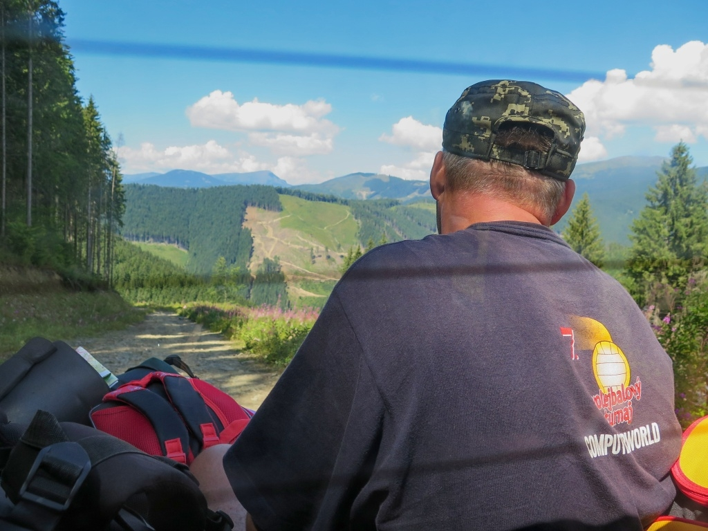 """A nakonec jsme nelitovali. Ušetřili nám skoro jeden den pochodu (cca 14 km s převýšením 800 metrů), nutno podotknout, že pochodu zdlouhavého a nudného. Jediný problém nastal, že jsme překročili hranici """"zapovědniku"""". U brány, kde by měl správně každý turista zaplatit pár hřiven podle počtu dní, které v horách plánuje strávit, auto jenom přibrzdilo, řidič strážcům zamával a jelo se dál. Netušili jsme, že později budeme mít problémy..."""