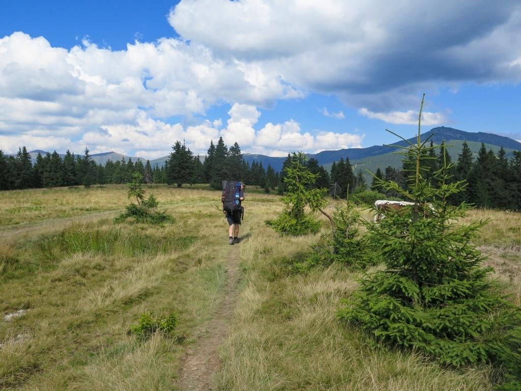 Nejprve se šlo po pastvinách, kde vlevo už vykukoval hlavní hřeben pohoří Černá hora