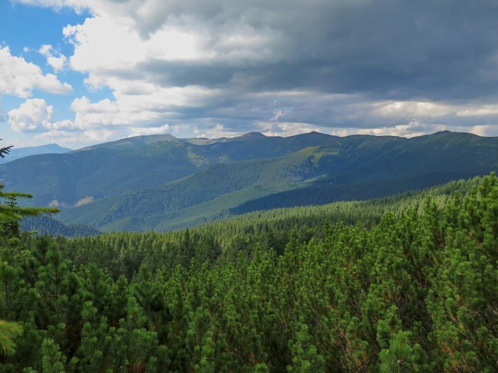 A před námi hřeben černohorské poloniny, ten nás měl čekat zítra. Hoverla vidět zatím není, je překrytá jinými horami, ten samostatný vrcholek úplně vlevo je Pětros.
