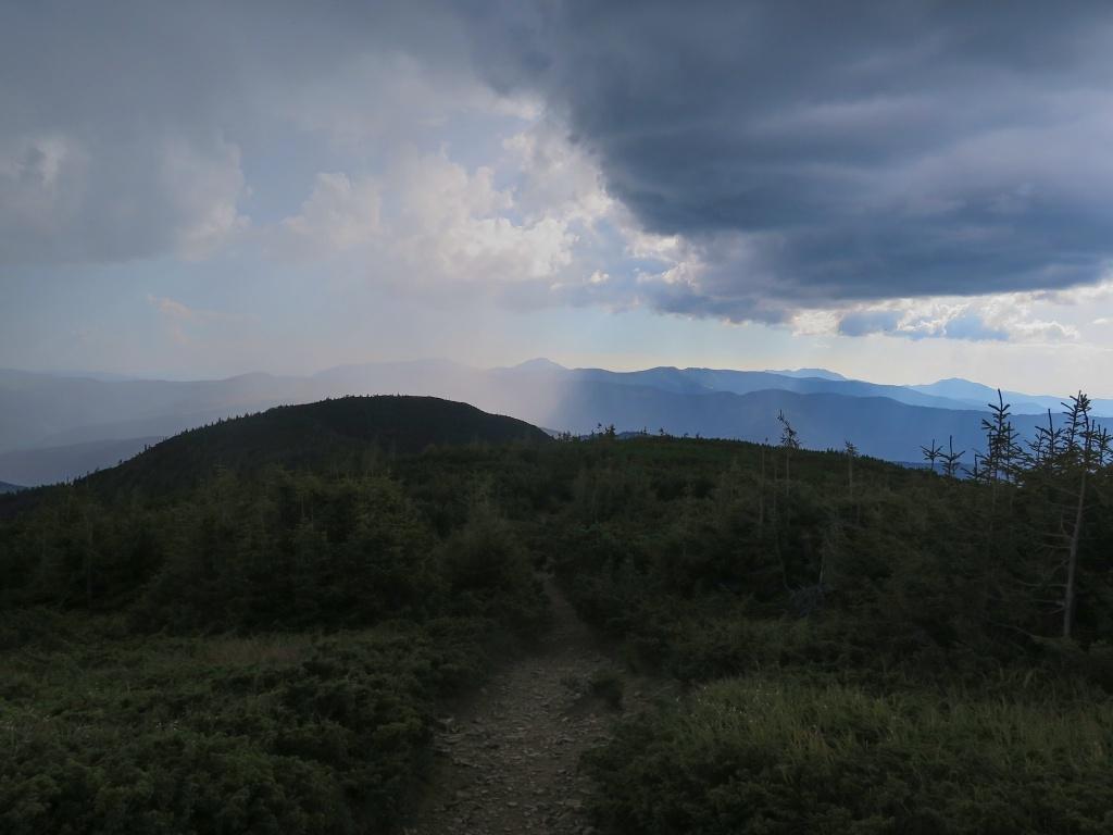 A jak jsem se tak rozhlížela, najednou jsem za námi uviděla blížící se slejvák. Předpověď sice žádný déšť neukazovala, ale známe to, jak to v horách chodí...