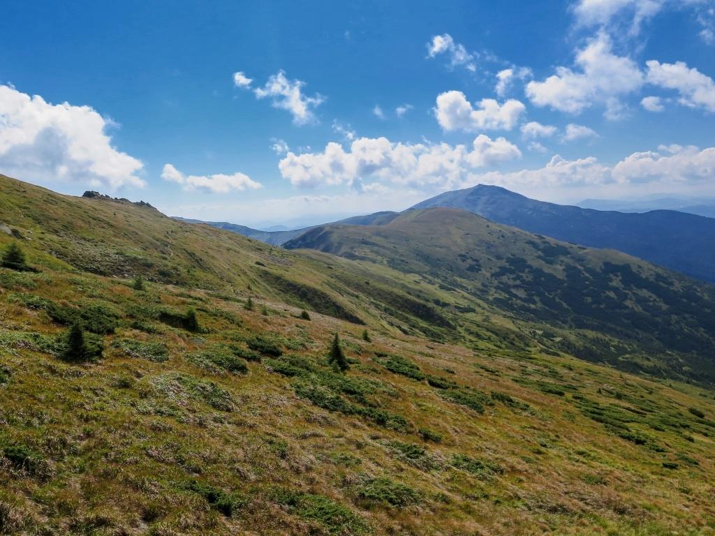 Cesta vedla většinou úbočím hor, nemuselo se tedy vrcholky přecházet. A díky tomu byl i dostatek vody, často jsme přecházeli potůčky nebo pramínky.