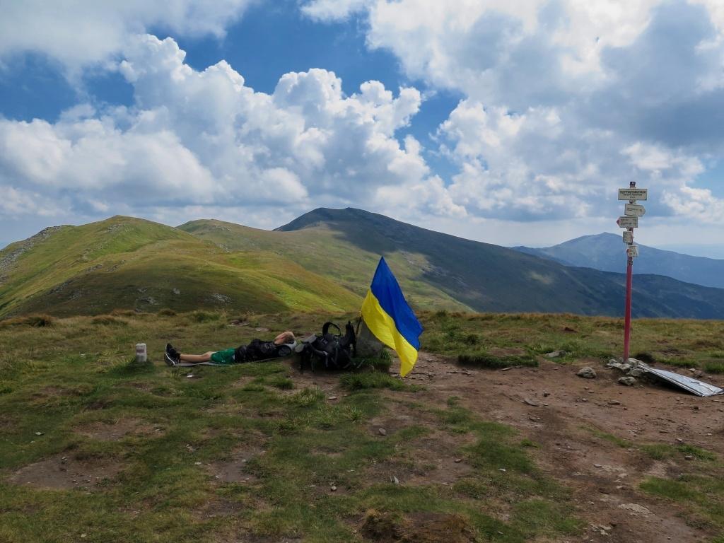 V sedle pod Tomnatikem jsme chlapce s vlajkou zase dohnali :-)