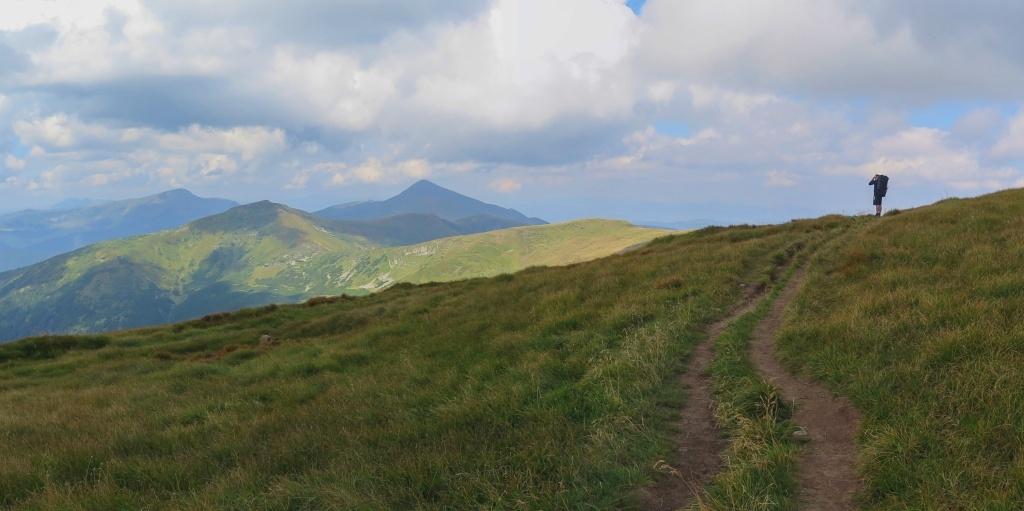 A jdeme dál a ta hora před námi s tím divným tvarem je konečně Hoverla! Nezdá se být daleko...