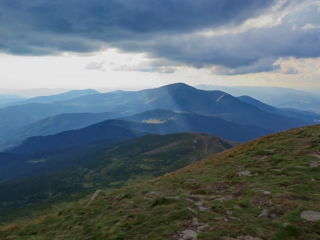 A pohled směrem, kterým jsme měli sestupovat. Před námi hora Pětros, menší bráška Hoverly.